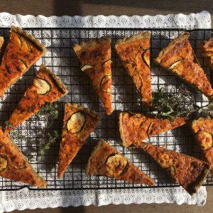 Hartige taart, gerookte paprika-courgette